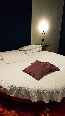 Broni, Italy: Il letto rotondo