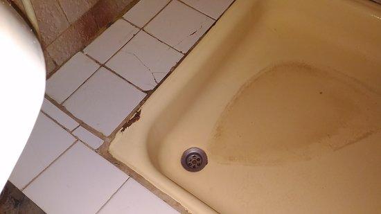 Поддон душевой продавлен, из за чего там постоянно стоит лужа воды. Заходишь в душ с риском повредить себе что-нибудь.