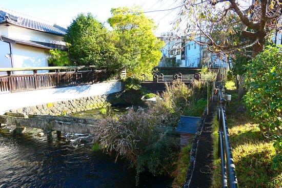 Mitsuishi Shrine: 三石神社の前に流れる源兵衛川