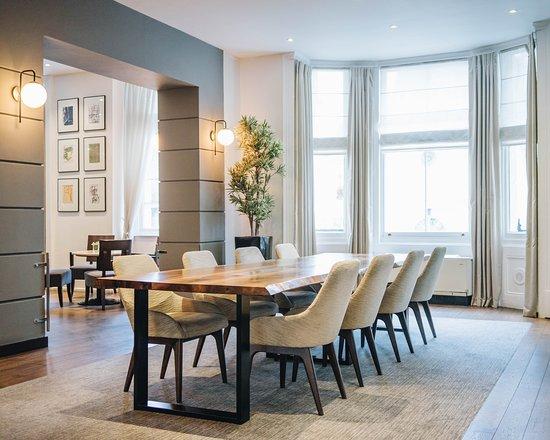 K+K Hotel George: Lobby Sharing Table