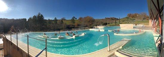 Panoramica piscina grande esterna