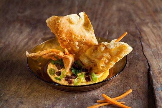 Debutis: Hummus de cigrons al carbó amb fip de wonton