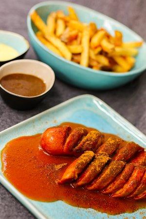 Currywurstmenü: Currywurst mit Pommes und 2 Pommessoßen