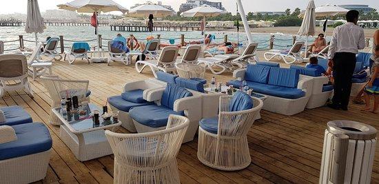 Sueno Hotels Deluxe Belek: Pier: Keiner räumt die alten Getränke weg, Müll liegt rum, verdreckte Tische, versiffte Polster