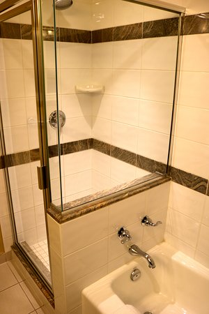 ‪‪Vancouver Marriott Pinnacle Downtown Hotel‬: Tub and Shower‬