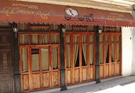 Lugar increíble con un ambiente agradable, en un lugar cercano a una de las arterias más céntricas de la Habana Vieja, buena comida, buen servicio. Una experiencia inolvidable en La Calesa Real de La Habana