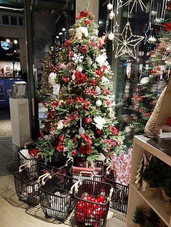Berlin, Germany: Рождественские деревья Берлина создают всем праздничное настроение