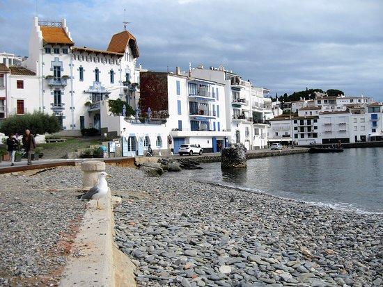 Cadaques, Espagne : Su arquitectura tan particular, donde sus casas blancas con ventanas azules predominan el paisaje...