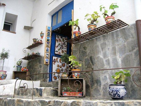 Cadaques, Espagne : En esta casa sobre la costa , vivió Pablo Picasso en su estadía en el pueblo, hoy una casa de venta de recuerdos artesanales  del lugar.