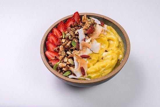 Balneario Camboriu, SC: THE BEST BOWL Creme de frutas cremoso, granola da casa low carb, goji berry, sementes de abóbora, lascas de coco e morangos frescos.