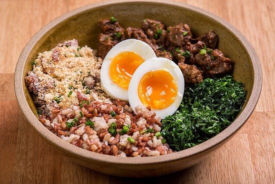 Balneario Camboriu, SC: BOWL PICADINHO Cubinhos de carne de panela, arroz cateto integral branco e vermelho, farofa e ovo moles.