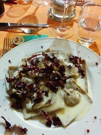 San Marcello, Italy: Ravioloni con formaggio di fossa e radicchio