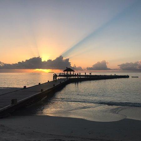 Prosegue la serie di foto dedicate alle maldive. Stasera un'altro incantevole tramonto. Lo splendore di questi raggi del sole che non vorrebbero lasciare spazio alla notte. ❤️