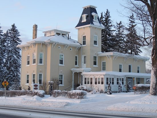 Listowel, Kanada: Winter at Hardwood Haven.  We may even be a haven in a wintery storm!