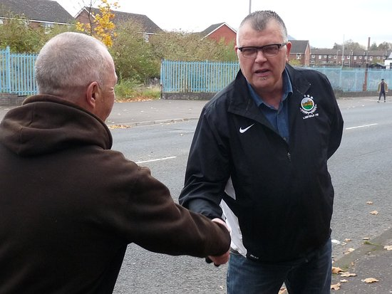 City of Belfast Guided Tours : Saludo entre guía católico y protestante como símbolo de paz