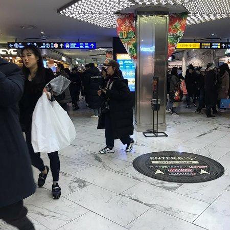 連日マイナスな気候で寒さが凄いソウル。地下商店街はいつでも混雑してます。。特に土日は酷いです!今年の韓国のブームは芸能人たちが挙って来ているロングのベンチコート!ソウルあるくと同じファッションw 疲れたら奥のフードコートで食事、水分補給を!セール始まっているのでお買い物楽しいですよーヽ(*´∀`)ノ