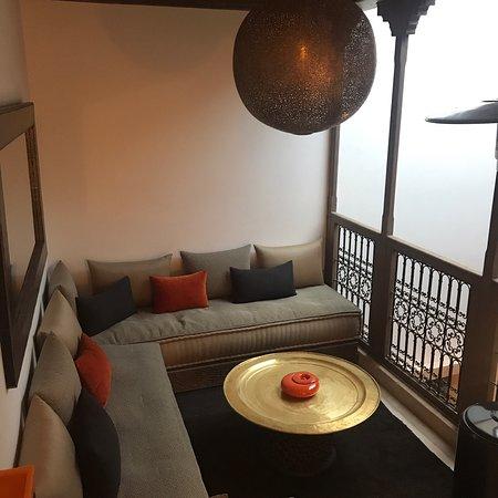 Dar Assiya Le Grand: Riad Dar Assiya è davvero molto raffinato. La casa è disposta su più livelli con arredi che coniugano lo stile marocchino con il gusto del design  Ottima qualità del cibo e della biancheria sia da letto che da bagno.