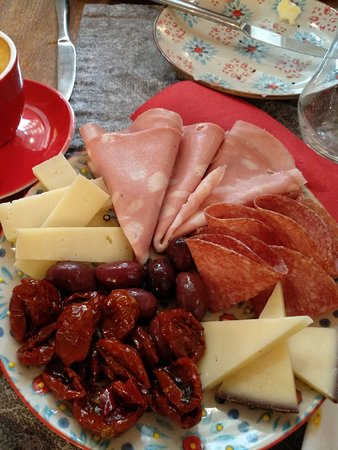 פלטת גבינות ונקניקים מהמעדנייה