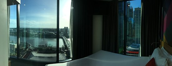 Deluxe Corner Room, 1 King Bed River View (Level 22)