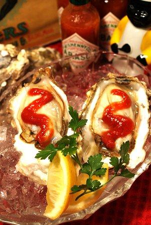 Oyster on the half Shell<生牡蠣/ホットソース> アメリカ南部では西洋わさび風味のカクテルソースをかけて食べるのが定番です。