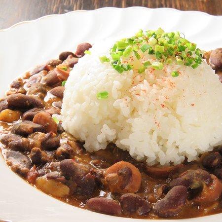 """Red beans & rice<レッドビーンズ&ライス> カンゾウ豆とソーセージ・香味野菜をじっくり煮込んだソウルフードです。 ニューオリンズでは月曜日""""Wish day""""に食べるのが定番です。"""