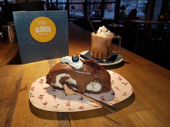 Cafe Bar Alonso heiße Schokolade und Kuchen