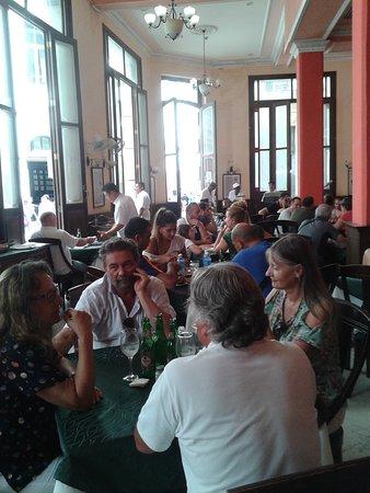 Europa: Hora do almoço! Mesmo quando se fazia uma pequena fila lá fora, não demorava muito para arrumarem uma mesa...