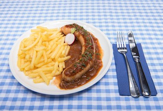 """""""Echt Entlebucher"""" Bratwurst mit Zwiebelsauce und Pommes Frites."""