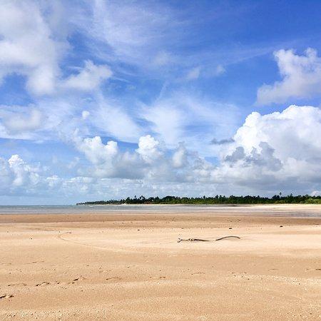 Como em toda essa orla, mais uma praia tranquila e agradável, com águas cristalinas, e pouca movimentação de pessoas. Maravilhoso.