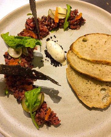 Ladivina Restaurante & Bar: Tartar de Lomo, con papel de Quinua y helado de mostaza . :)