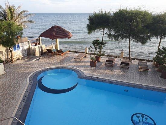 Hai Yen Family Resort: La piscine/terrasse vue depuis l'hôtel