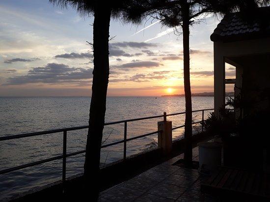 Hai Yen Family Resort: Coucher de soleil vu de la piscine/terrasse