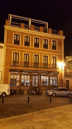 Bujalance, Испания: Frente del hotel desde la plaza