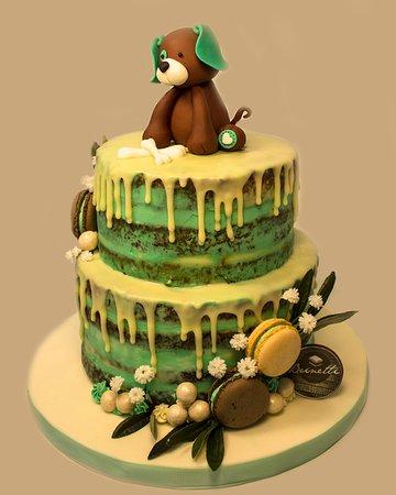 Tarta drip cake, seminaked con modelado y macarrones.