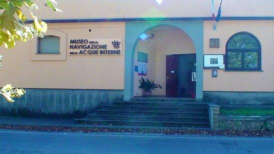 Facciata d'ingresso del Museo della Navigazione nelle Acque Interne, sul lungolago di Capodimonte.