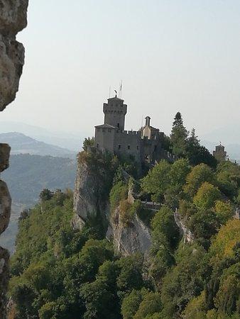 """La seconda Torre di San Marino """" Il Castello della cesta"""" detta anche Torre""""Fratta"""", costruita alla fine del XI secolo."""