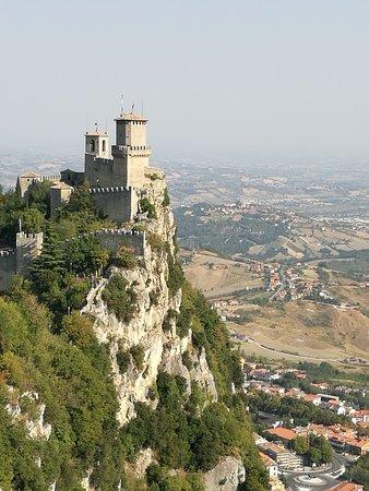"""San Marino, la prima Torre (Guaita) vista dal sentiero che conduce alla Torre """"Cesta"""" Oltre che ad essere bellissime le torri, offrono un panorama veramente meraviglioso."""