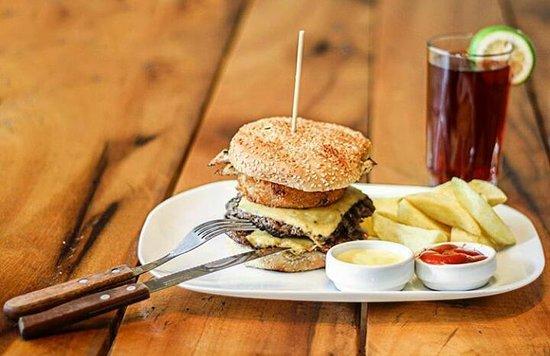 Patate, Équateur : Una hamburguesa al carbón, derretida de queso cheddar y filete  de pollo, pan crocante y vegetales frescos harán tu mejor experiencia!