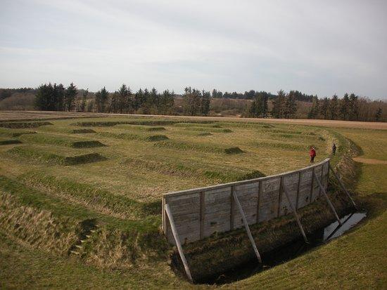 Ringkobing, Danemark: Placeringen af fæstningsanlægget og husene er markeret på de nøjagtige placeringer, som de lå for 2000 siden, da der var masser af liv i Lyngsmosefæstningen.