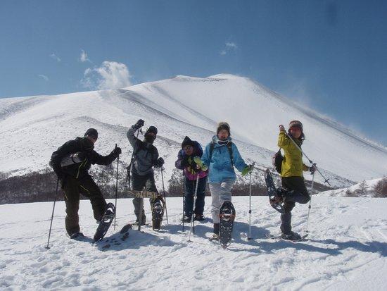 Outdoor Earth: スノーシューハイキング冬山体験 無事に雪の山に登頂! 雄大な雪山をバックに記念撮影~