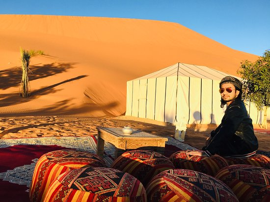 Bivouac Cafe Du Sud: Located beside a tall dune.