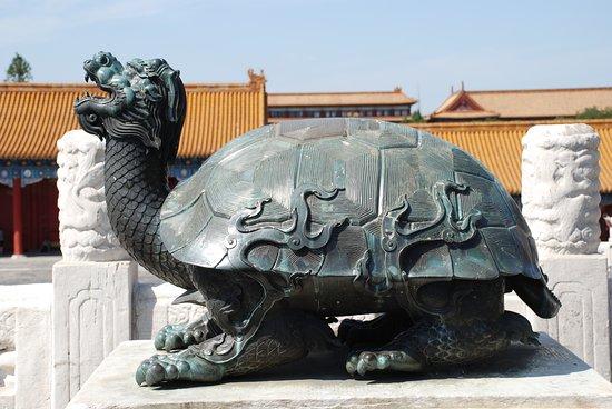 Maravillosa la ciudad prohibida en Beijing, me voy topando con una decoración profusa e imponente plagada de leones, tortugas, aves a modo de estatuas o figuras encaramadas e rojizos o amarillos tejados donde se abigarran pequeños dragones o animales fabulosos de mitología... AÑO 2013