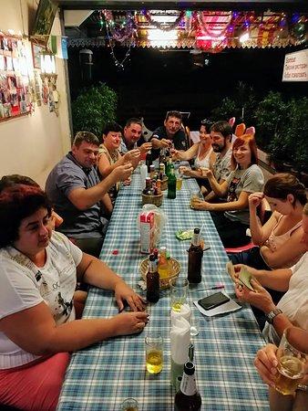 Sombat: Компания ужинает