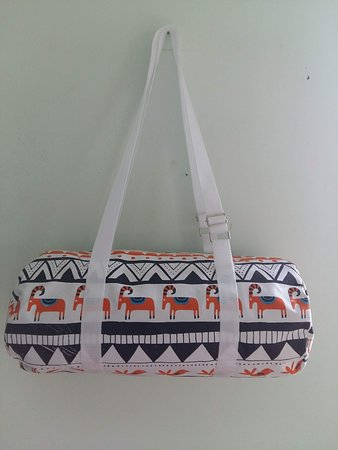 the PVC duffer BEACH  bag  with tourist attractive :   VIETNAM landscape design  printed on.  as your trip souvenir from VIET NAM  size 60 cm  x 36  cm . zipper   on top . small pocket in side bag  price : 3 $/ pc -  buying 5 pcs  free 01   door to door delivery in 1-3 days