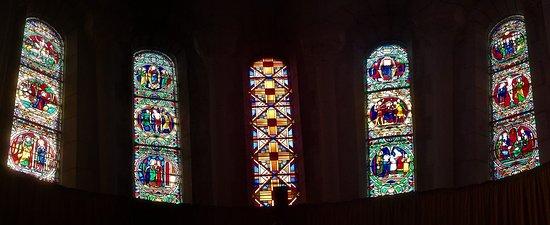 Eglise Saint-Honore: Une des plus belle église du 20ème de la région. Avec trois nefs, c'est un édifice vaste et clair qui en impose par sa taille au milieu du village.