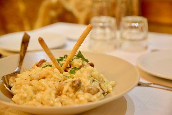 Ριζότο κοτόπουλο με μανιτάρια, φρέσκο κρεμμύδι και λάδι τρούφας. Κρεμώδης υφή, απολαυστική γεύση!