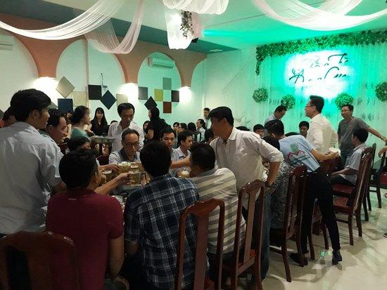 Tổ chức tiệc trong phòng trà, hát với nhau