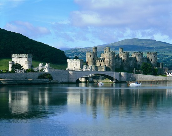 Кернарфон, UK: Conwy Castle NORTH Wales overlooking the Conwy river estuary