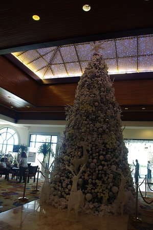 Waterfront Airport Hotel and Casino: Christmas tree, lobby