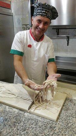 Ilbono, Italy: der sympathische Chefkoch beim Zubereiten seiner Spezialität